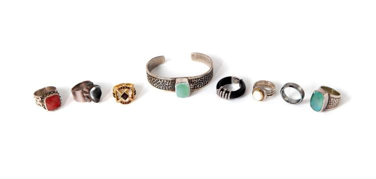 GROUP OF RINGS AND A BRACELET.