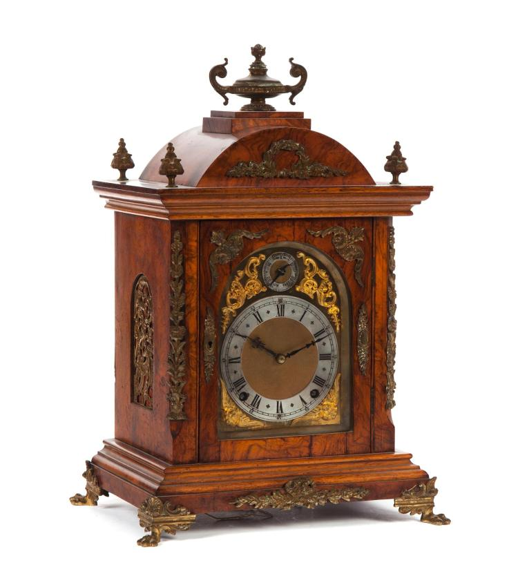 BRACKET-STYLE MANTEL CLOCK WITH ORMALU DECORATION.