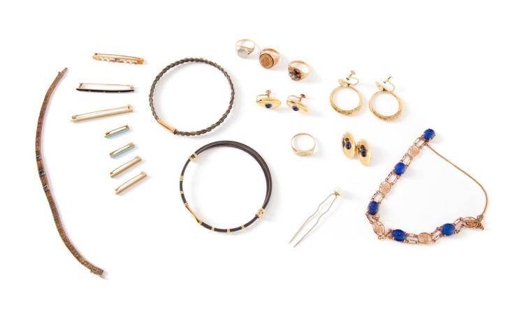 ASSORTMENT OF GOLD JEWELRY.