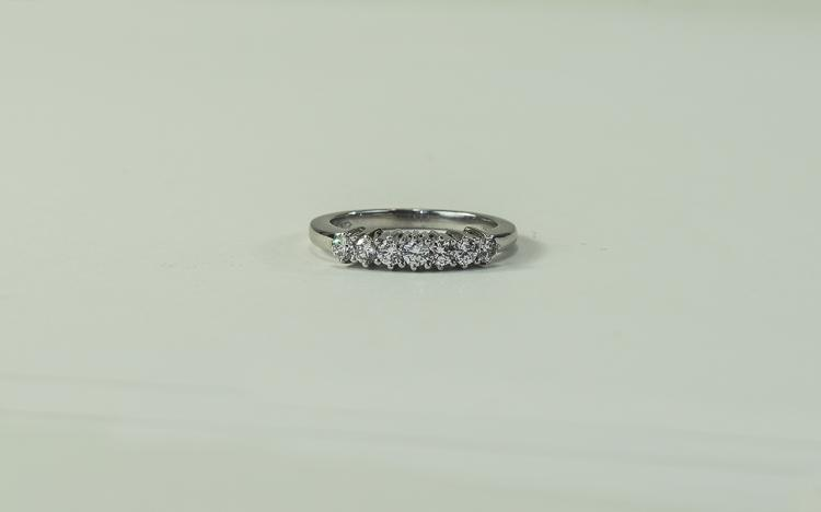 18ct White Gold Set 7 Stone Diamond Ring, The Roun