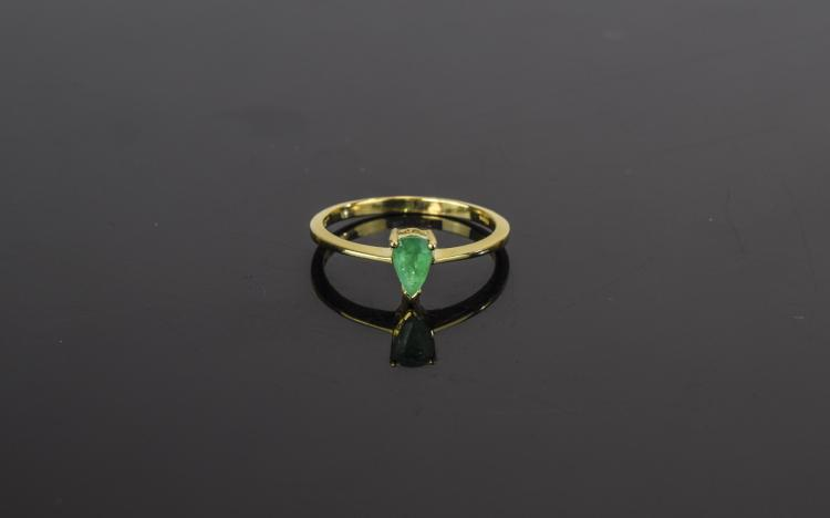 Ladies 9ct Yellow Gold Set Pear Cut Emerald Ring.