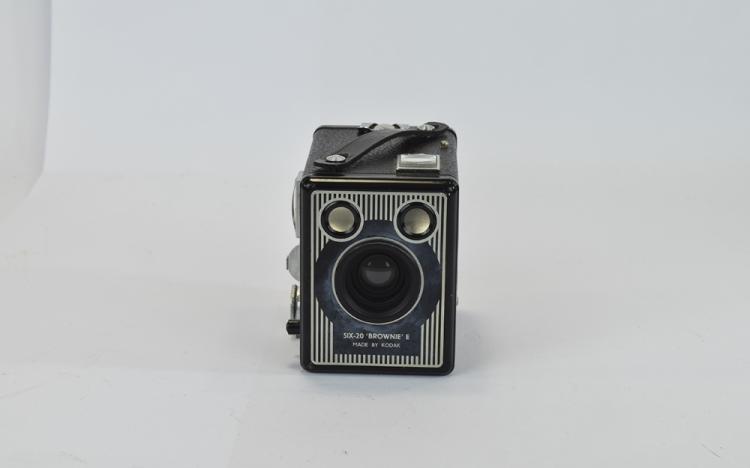 KodakSiz-20BrownieEBoxRollfilmCamera,circa1947-1957,FeaturesBuilt