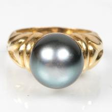 An 18kt. Yellow Gold and Black Cultured Pearl Ring,