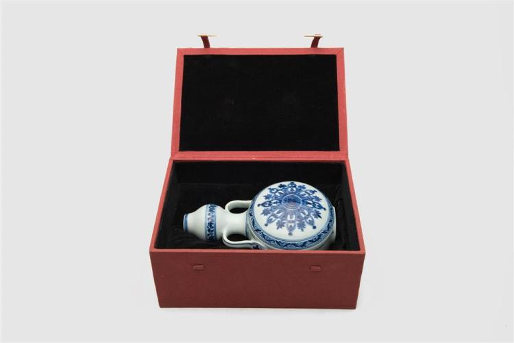 CHINESE BLUE AND WHITE MOON FLASK VASE IN FITTED BOX