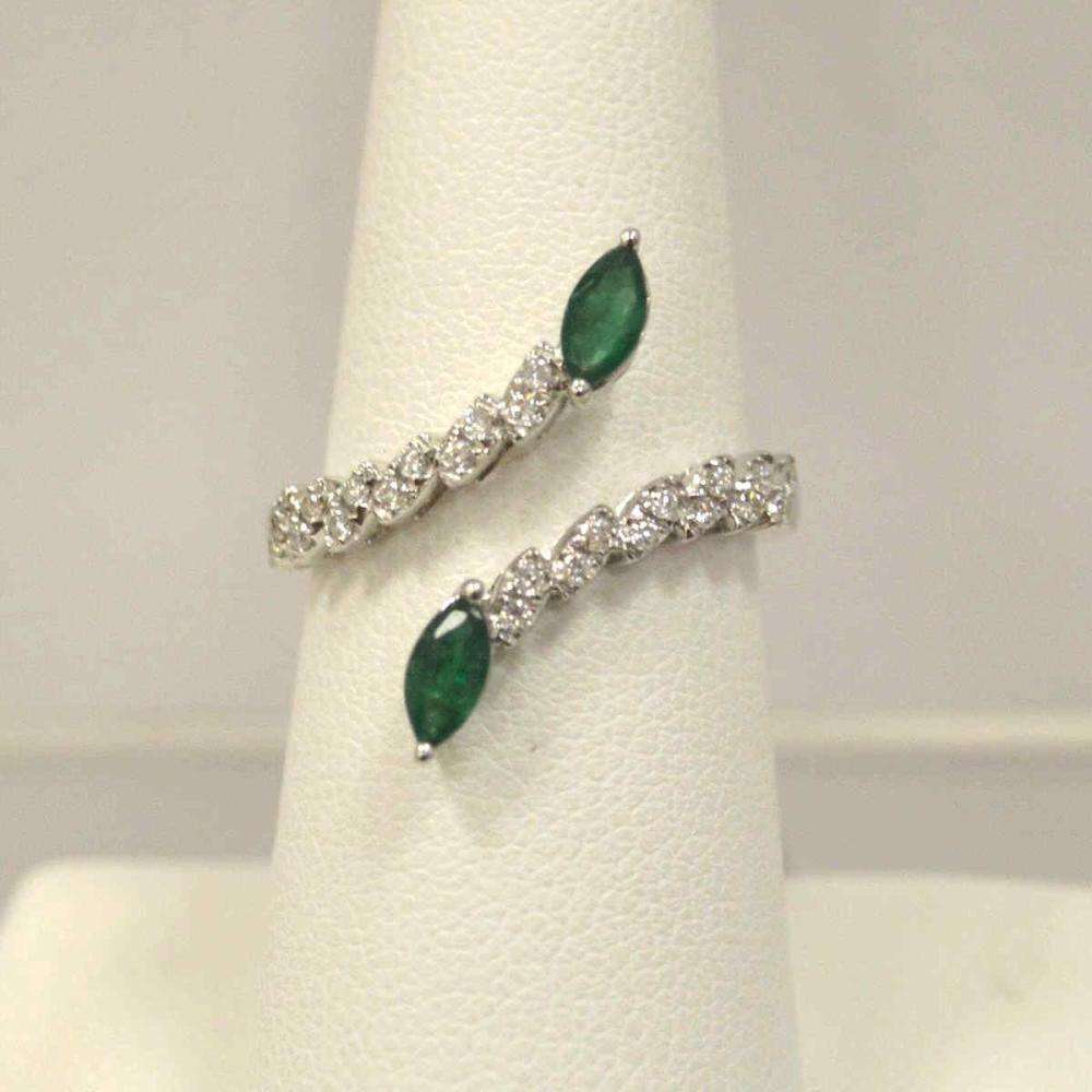 18kt white gold emerald and diamond fashion ring