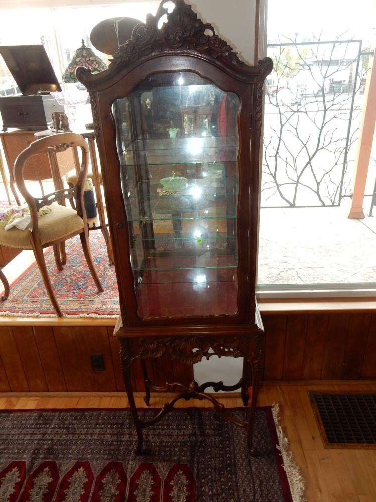 Beautiful vintage carved French style curio cabinet (1 piece). COND VG. Special shipping required