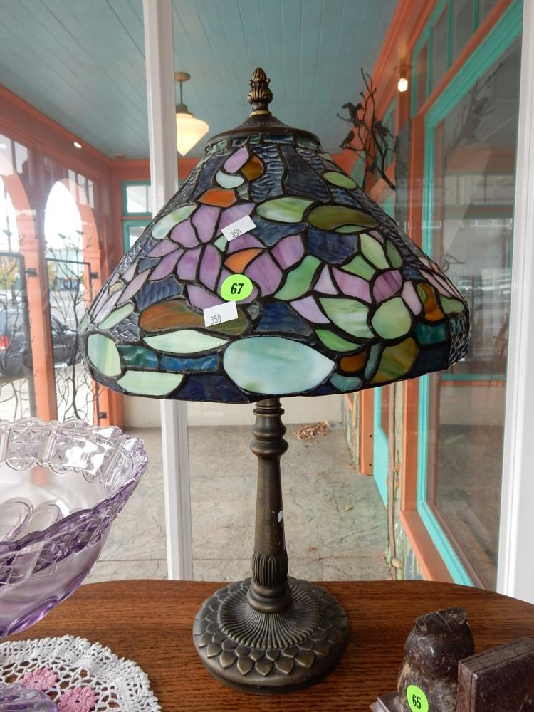Lovely modern stained glass table lamp, with floral design shade & bronze wash base. COND VG-sticker residue on base
