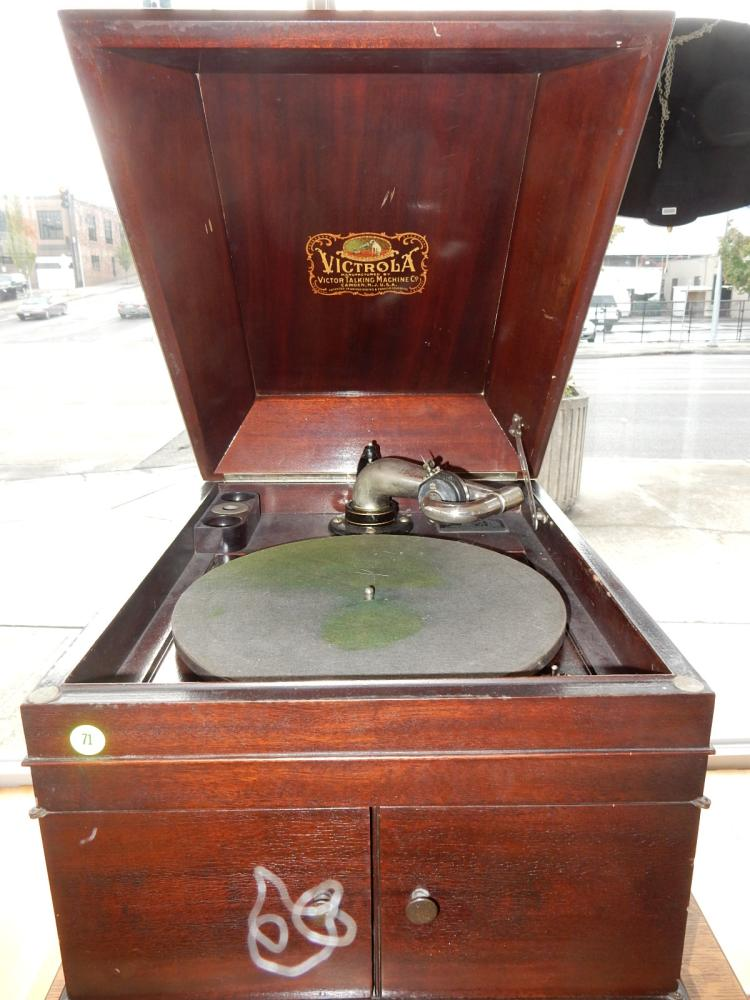 Lovely antique table top Victor victrola, hand crank phonograph,