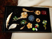 Tray of lovely antique / vintage brooches, signed, cond VG. No tray