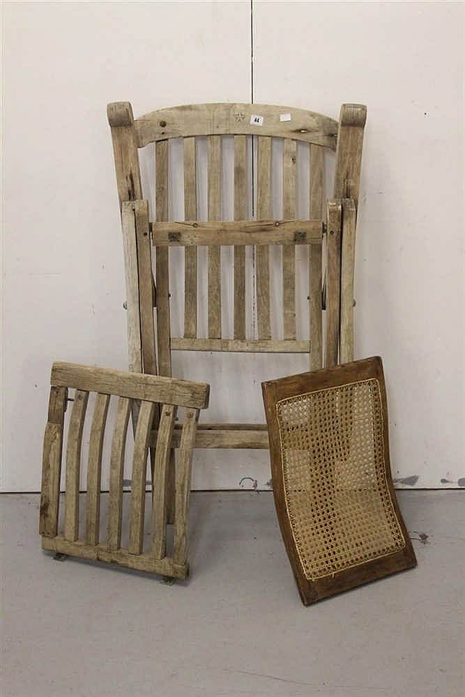 WHITE STAR LINE: Original steamer chair with footrest in need of