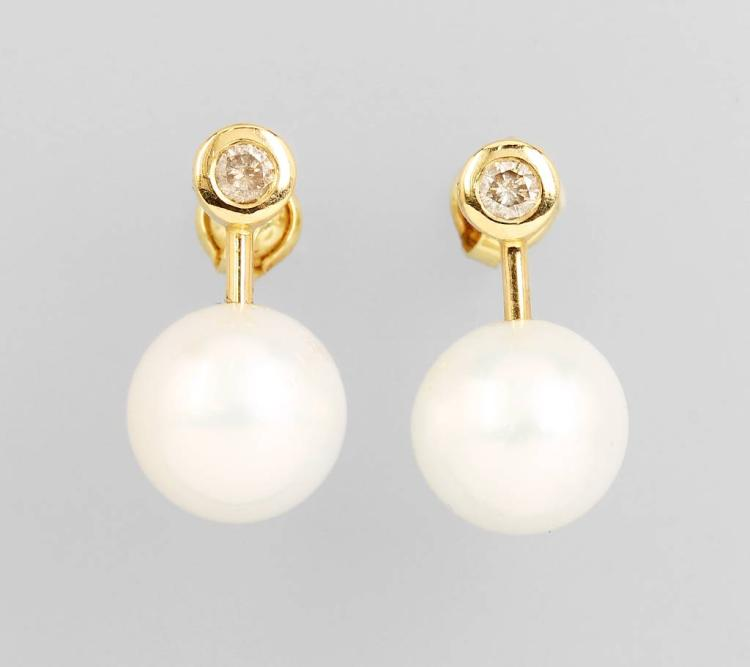 Pair of 14 kt gold earrings with south seas pearls and brilliants