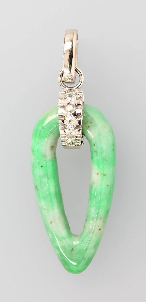 Extraordinary pendant with jade and diamonds