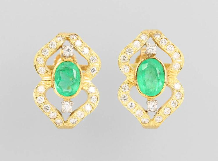 Pair of 14 kt gold earrings with emeralds and brilliants