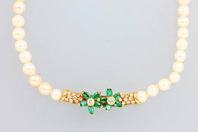 Necklace made of cultured pearls with emeralds and brilliants
