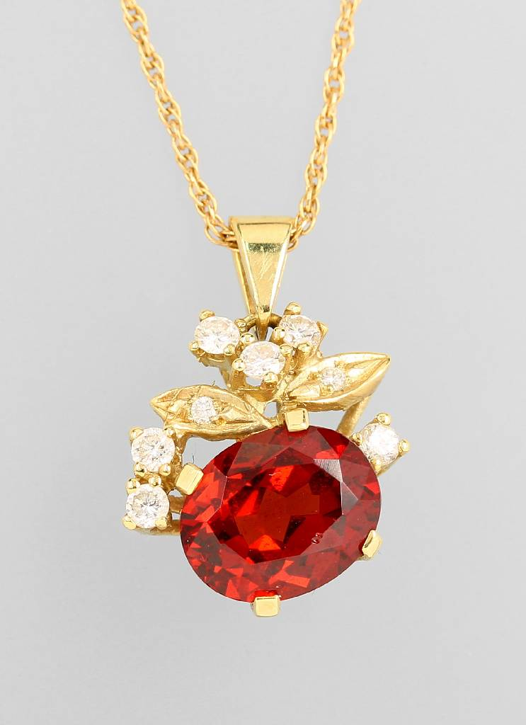 14 kt gold pendant with garnet and brilliants