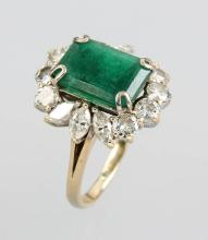 18 kt gold ring with emerald and diamonds