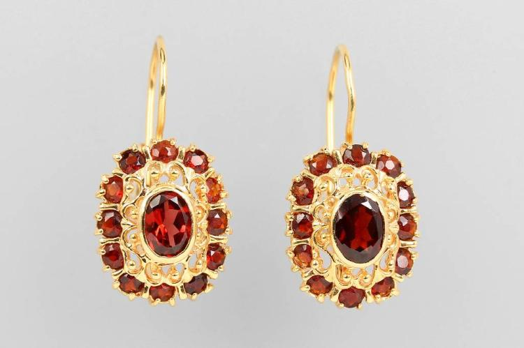 Pair of 14 kt gold earrings with garnets