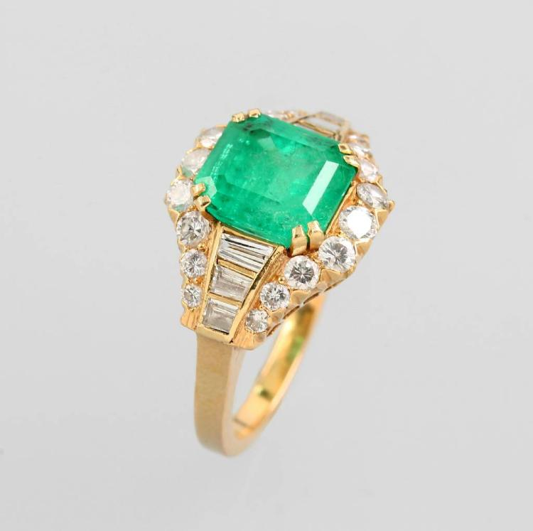 18 kt gold ring with emerald, diamonds and brilliants