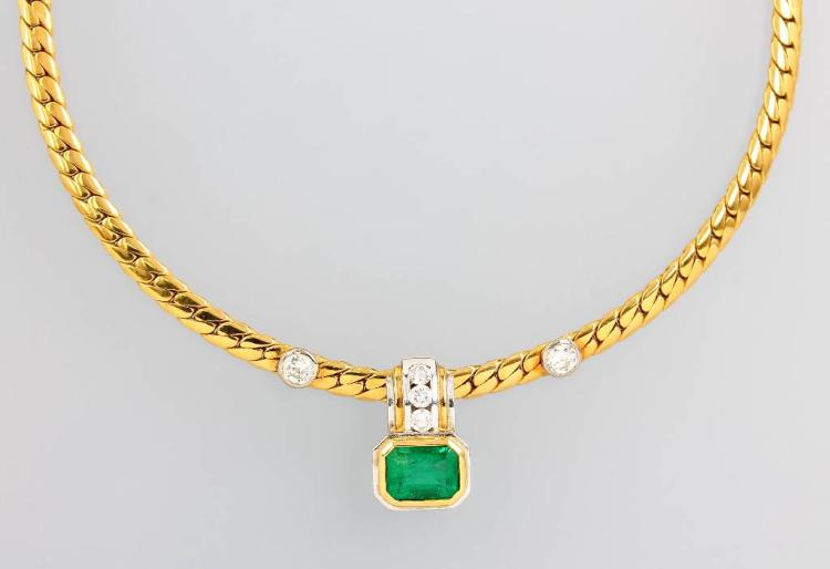 18 kt gold pendant with emerald and brilliants