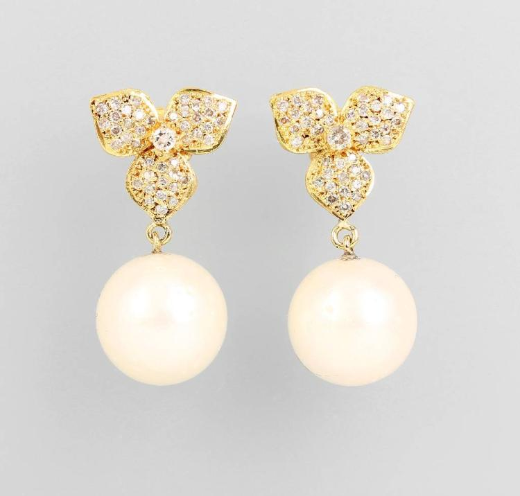 Pair of 14 kt gold earrings with brilliants and pearls