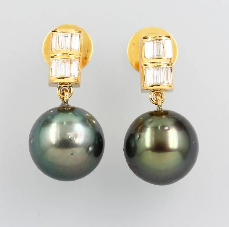 Pair of 18 kt gold earrings with cultured tahitian pearls and diamonds
