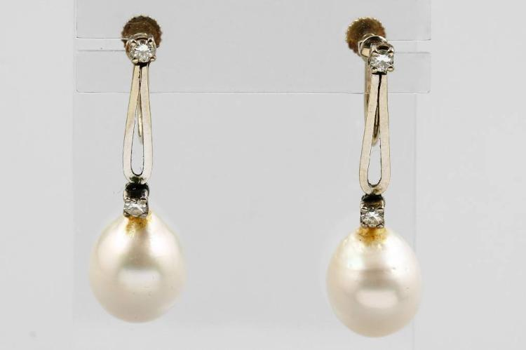 Pair of 14 kt gold earscrews with brilliants and cultured south seas pearls