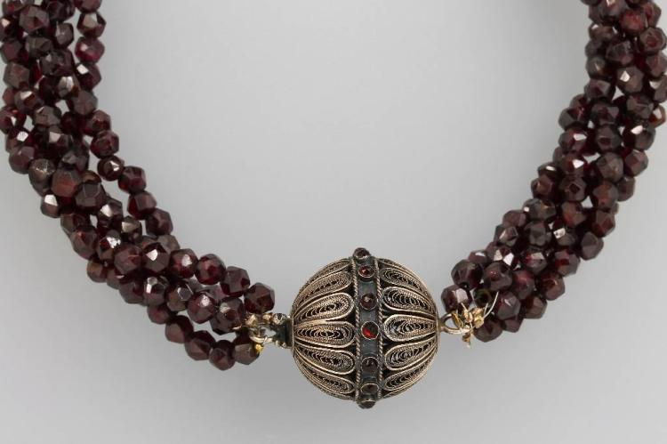 5-row necklace made of garnets