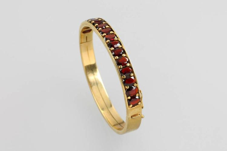 8 kt gold bracelet with garnets