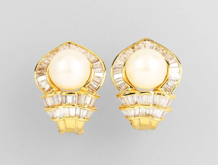 Pair of 18 kt gold earclips with cultured akoya pearls and diamonds