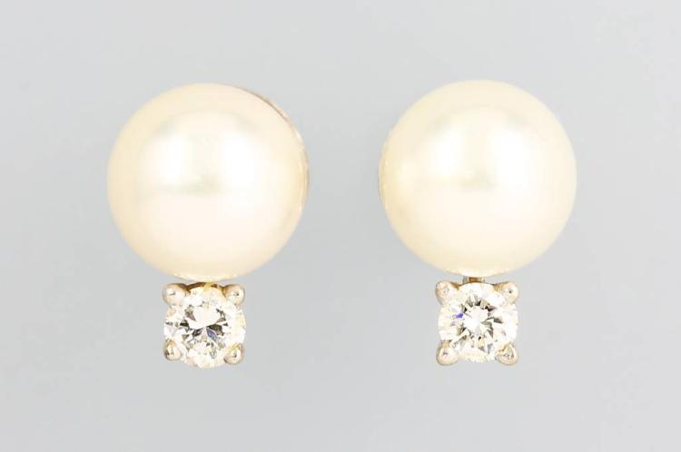 Pair of 14 kt gold earrings with cultured pearls and brilliants