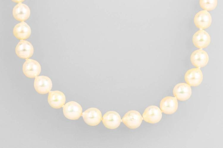 Necklace made of cultured akoya pearls