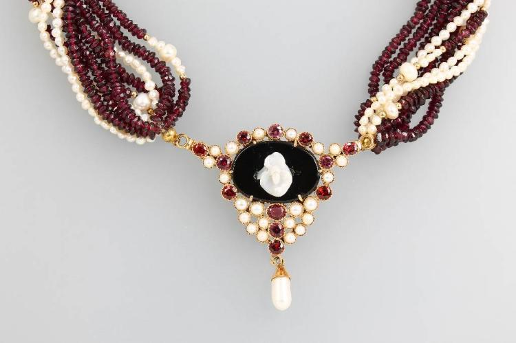 14 kt gold necklace with garnet and pearls