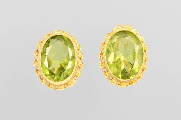 Pair of 14 kt gold earrings with peridots