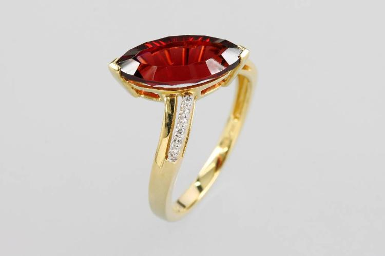 14 kt gold ring with garnet and brilliants
