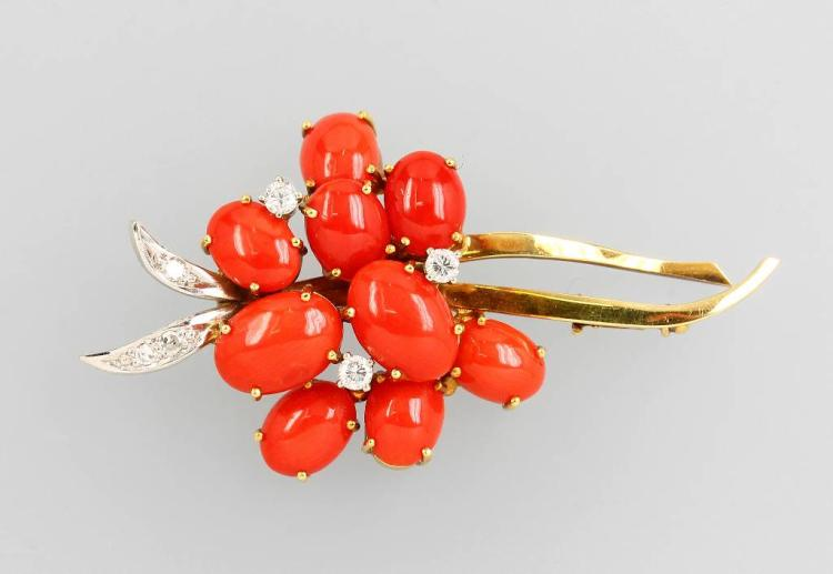 14 kt gold brooch with corals and diamonds