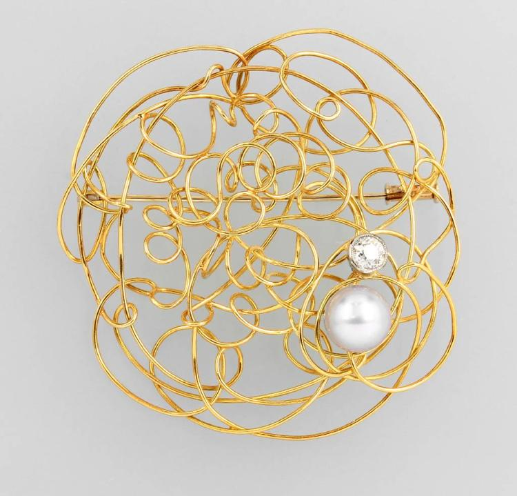 18 kt gold designer brooch with pearl and diamond