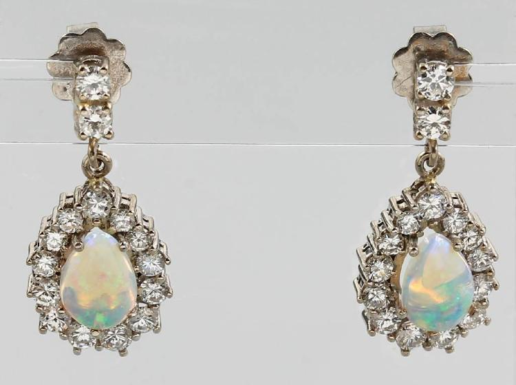 Pair of 14 kt gold earrings with opal and brilliants