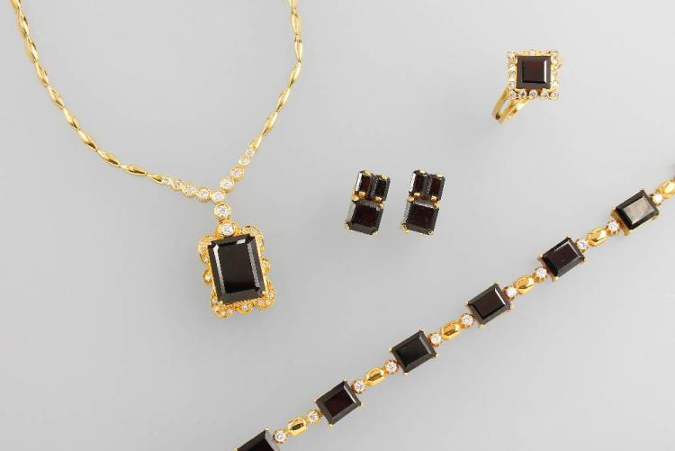 18 kt gold jewelry set with garnets and brilliants