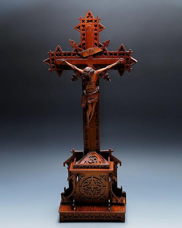 Kruzifix, deutsch, um 1870-80, Nußbaum in reicher
