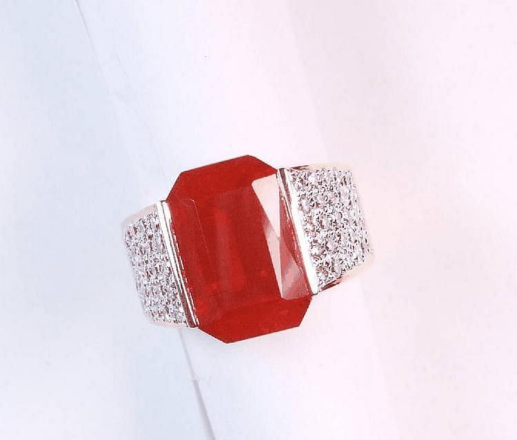 Ring mit Feueropal und Brillanten, GG 585/000,