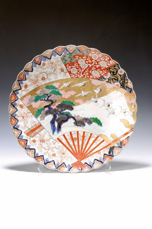 large Imari-plate, China, around 1860/70, opulent
