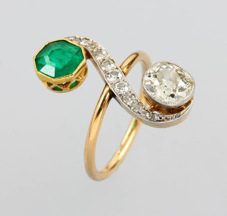 Art Nouveau ring with diamonds and emerald, YG 750/000 and platinum