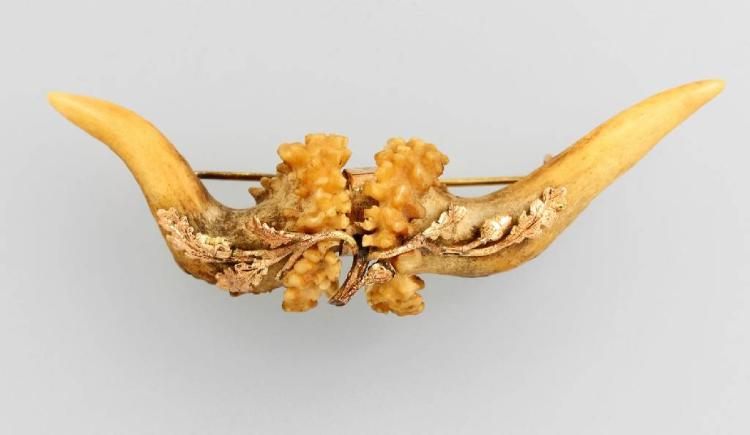 14 kt gold brooch with horn