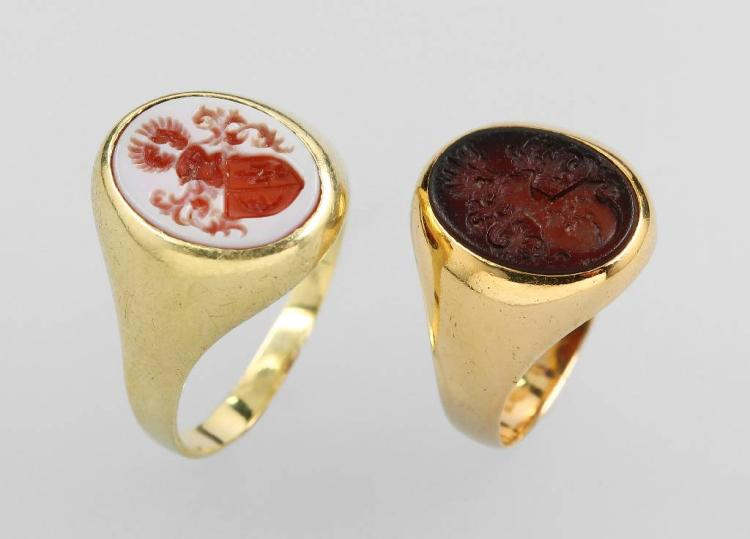 Lot 2 14 kt signet gold rings