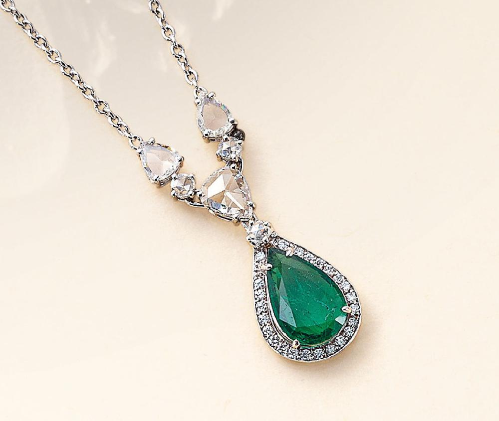 Necklace with emerald and diamonds