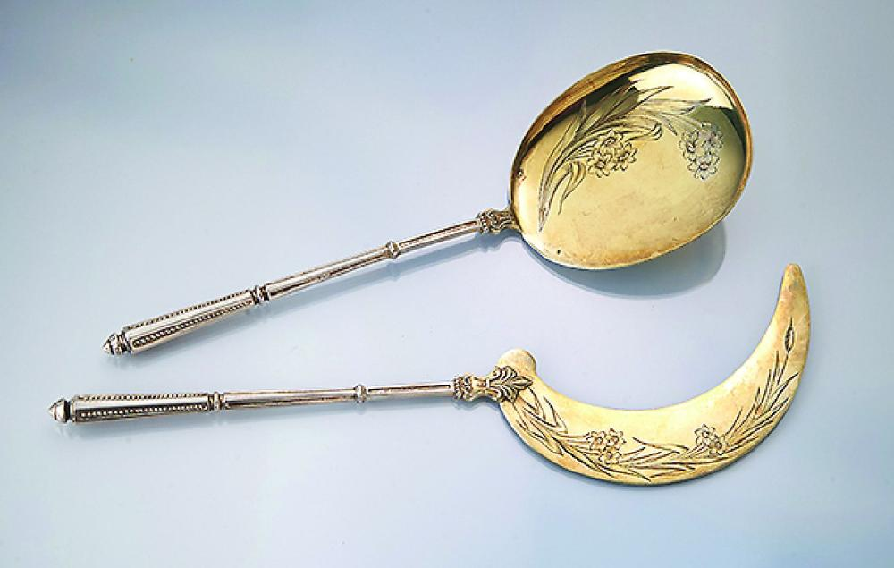 Ice sickle and ice serving spoon