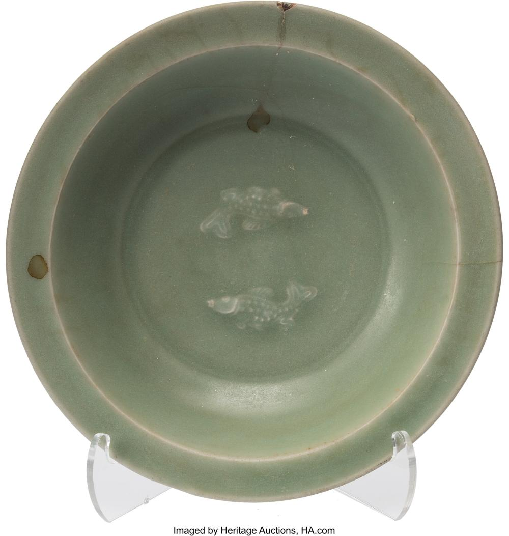 Lot 21308: A Chinese Celadon Porcelain Plate with Fish Decoration, Yuan Dynasty-Ming Dynast