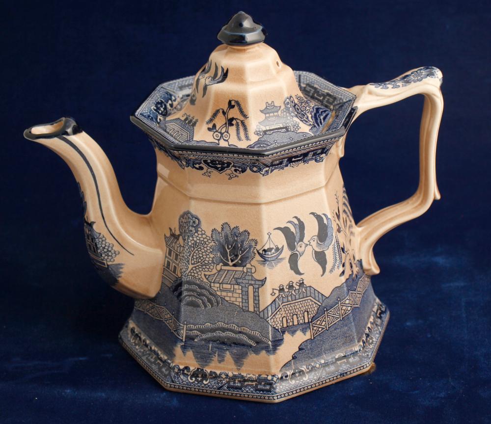 Staffordshire Tea Pot / Blue Willow Pattern   (80074)