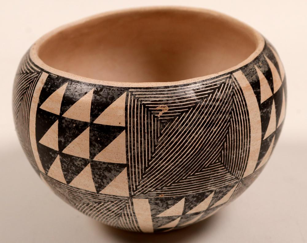Lot 1152: Indian Pottery Signed by Sarah Carcia from N.Mexico (105322)