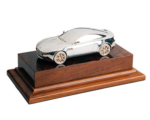 ANTHONY HOLT & SONS A FINE MOUNTED STERLING SILVER ASTON MARTIN V8 VANTAGE COUPE MODEL CENTREPIECE,